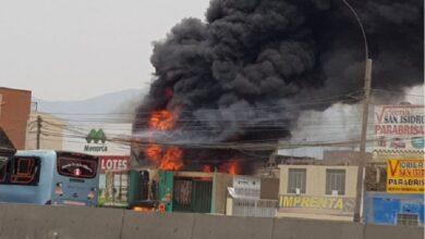 Photo of ¡Atención! Bomberos luchan contra gran incendio en almacén de Puente Piedra